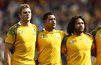 試合前、国歌斉唱するオーストラリアの選手たち=ロイター
