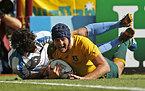 この試合、チーム3つ目のトライを決めたオーストラリアのマム(右)=ロイター