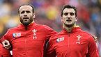 試合前、肩を組むウェールズのロバーツ(左)とウォーバートン主将=ロイター