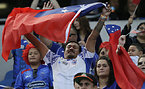 国旗を掲げるサモアのサポーター=AP
