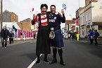 ポーズをとるスコットランドと日本のサポーター=ロイター