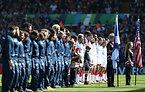 試合前、国歌斉唱のため整列する両チーム=AP