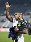試合後、息子を抱え観客席に手を振る南アフリカのハバナ=ロイター