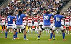 試合前、サモアのシヴァ・タウを整列して見る日本の選手たち=ロイター
