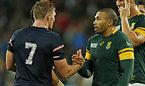 試合後、握手を交わす南アフリカのハバナ(右)と米国のクイル=ロイター