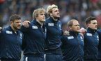 試合前、肩を組んで整列するスコットランドの選手たち=ロイター