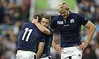 試合後、抱き合うスコットランド主将のレイドロー(中央)とシーモア=ロイター