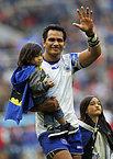 試合後、子どもを抱きながら手を振るサモアのファアサバル=ロイター