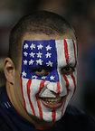 試合開始を待つ米国サポーター=AP