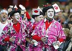 応援する日本のサポーター=ロイター