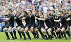 試合前、ハカを披露するニュージーランド=AP