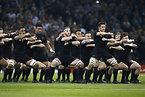 試合前、ハカを披露するニュージーランドの選手たち=ロイター