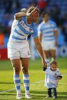 試合後、観客に手を振るアルゼンチンのセナトレ=ロイター