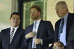 試合観戦に訪れたヘンリー王子(中央)=ロイター