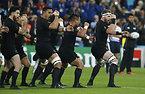 試合前、「ハカ」を披露するニュージーランドの選手たち=ロイター