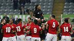 この試合で代表100キャップとなったニュージーランドのノヌー(中央上)は試合後、祝福を受ける=ロイター