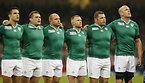試合前、肩を組んで整列するアイルランドの選手たち=ロイター