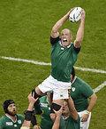 ラインアウトでボールをキャッチするアイルランドのオコネル=ロイター