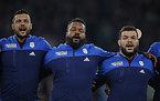 試合前、国歌を歌うフランスの選手たち=ロイター
