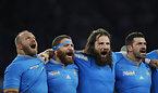 試合前、国歌を歌うイタリアの選手たち=ロイター