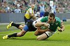 この試合、チーム5つ目のトライを決めるアイルランドのボウ(右)=ロイター
