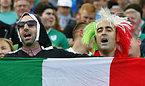 イタリアのサポーター=ロイター