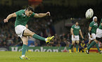 PGを蹴るアイルランドのセクストン=ロイター