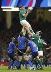 ラインアウトでボールをキャッチするアイルランドのヒースリップ=ロイター