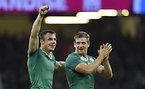 フランスに勝利し、喜ぶアイルランドのボウ(左)とヘンリー=ロイター