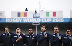 試合前、肩を組んで整列するイタリアの選手たち=ロイター