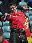 試合開始を待つウェールズのサポーター=ロイター