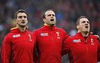 試合前、国歌斉唱するウェールズのウォーバートン主将(左)ら=ロイター