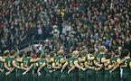試合前、国歌斉唱する南アフリカの選手たち=ロイター