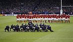 試合前、ハカを披露するニュージーランドの選手たち(手前)=ロイター