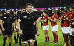 フランスの拍手を受けながらピッチを後にするニュージーランドのマコウ主将(手前)ら選手たち=ロイター