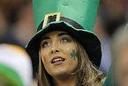 試合開始を待つアイルランドのサポーター=AP