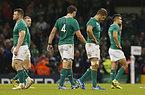 試合に敗れ、がっかりするアイルランドの選手たち=ロイター