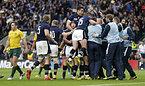 ホーンのトライに喜ぶスコットランドの選手たち=ロイター