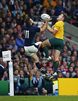 空中のボールを競り合うスコットランドのシーモア(左)とオーストラリアのフォーリー=ロイター