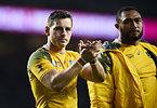 試合後、拍手をするオーストラリアのフォーリー(左)=ロイター