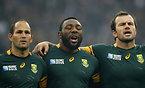 試合前、国歌斉唱する南アフリカの(左から)デュプレア主将、ムタワリラ、B・デュプレッシー=AP