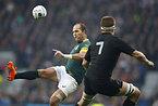 ボールを蹴る南アフリカのデュプレア(左)=AP