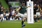 ボールを蹴る南アフリカのクリエル=ロイター