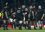 南アフリカを破り、喜ぶニュージーランドの選手たち=ロイター