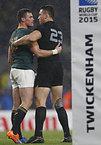 試合後、お互いの健闘をたたえる南アフリカのクリエル(左)とニュージーランドのソニービル・ウィリアムズ=ロイター