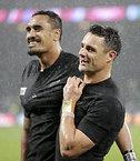 南アフリカを破り、喜ぶニュージーランドのカーター(右)とカイノ=ロイター