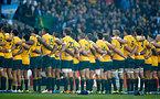 試合前、国歌斉唱するオーストラリアの選手たち=AP