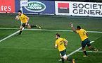 この試合、自身3つ目のトライを決めるオーストラリアのアシュリークーパー(左)=AP