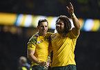 アルゼンチンを下し、喜ぶオーストラリアのフォーリー(左)とポロタナウ=ロイター