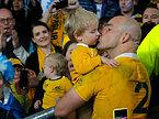 試合後、息子にキスするオーストラリアのムーア主将=AP